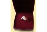 un inel din argint cu pietre zirconia