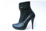 o pereche de pantofi Mihaela Glavan