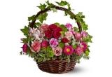 un cos cu flori oferit de Flora Land