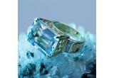 un inel cu diamante si acvamarin