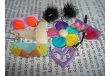 1 x 3 perechi de cercei din fimo + o pereche de cercei din scoici + o pereche de cercei din tule + un accesoriu de telefon inimioara + o brosa floare