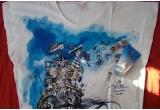 1 x Tricou de designer Josep Font cu un frumos imprimeu marin + Avon Solutions, Lift&Firm Bust, gel tonifiant pentru bust, 1 x Paleta de farduri de pleoape + Avon Solutions, Cellu Defy, lotiune intensiva anticelulitica