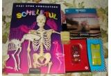"""1 x carte « Scheletul » din colectia """" Pasi spre cunoastere » + DVD Discovery """" Uimitoarea planeta Pamant"""" + 2 masinute personaje din Cars + oja Avon culoare Lemon + mostre produse, 1 x carte « Rechinii » din colectia « Pasi spre cunoastere » + DVD Discovery """" Minuni ale naturii"""" + 2 figurine de ceramica din Shrek pentru colorat + oja Avon culoare Cosmic Blue + mostre produse"""