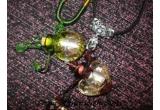2 x colier Pandantiv Aroma (unul Baroc Romantic mov, iar celalalt Baroque Pearl verde)