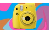 157 x camera foto Instax, 572 x set de caști audio persoanlizate