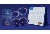 1000 x set Tchibo format din 2 cani albastre Tchibo + pachet de cafea Tchibo + cafea prajita si macinata Tchibo Exclusive 250 + 2 pliculete de zahar