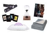 "30 x kit compus din Perna HBO cu boxa incorporata + Patura HBO + Caleidoscop + agenda + clepsidra ""His Dark materials"" + Carti de joc ""James Bond"""