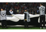 11 x premiu constand in: un costum Ford Feel The Diference, o sapca UEFA Champions League si un bilet la meci