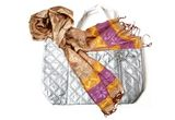 15 premii constand intr-o geanta argintie si o esarfa multicolora!<br />